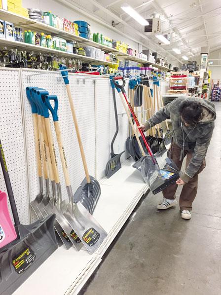 市民心急抢购雪铲雪盐 部分汲取教训早换雪胎