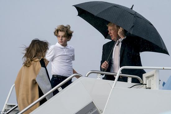 川普撑伞前面走妻儿淋雨跟在后