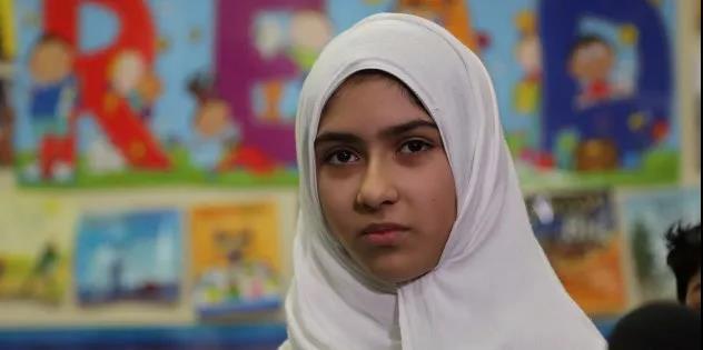 穆斯林女孩撒�e往��裔�^上���K水 �A人��怒了