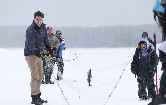 加拿大帅哥总理杜鲁多冒雪与学校师生 体验冰钓