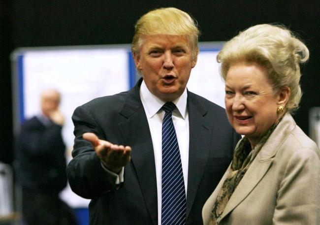 川普头发够狂了 他母亲的发型更狂...