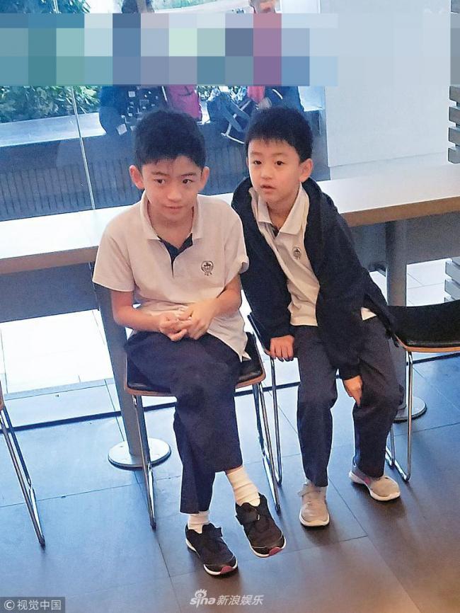 张柏芝带儿子吃快餐 两兄弟跷二郎腿变小绅士