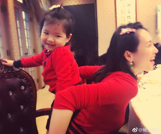 章子怡与女儿穿亲子装守岁 温馨互动超有爱