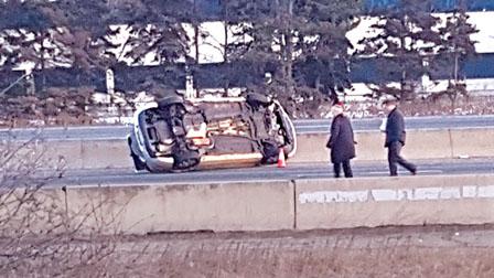 两车高速公路上乱枪互射 弹孔满布车上