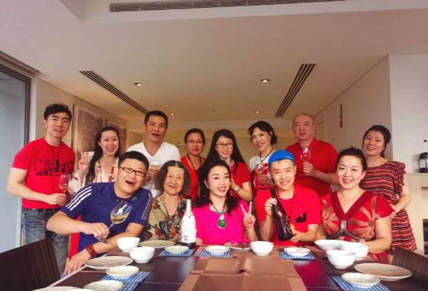 63岁刘晓庆亲自下厨 身材很好只是脸有些认不出
