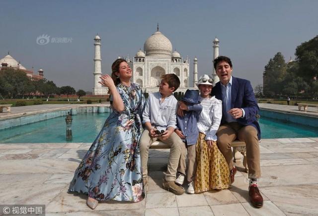 杜鲁多全家在印度泰姬陵前留影 瞧这一家子