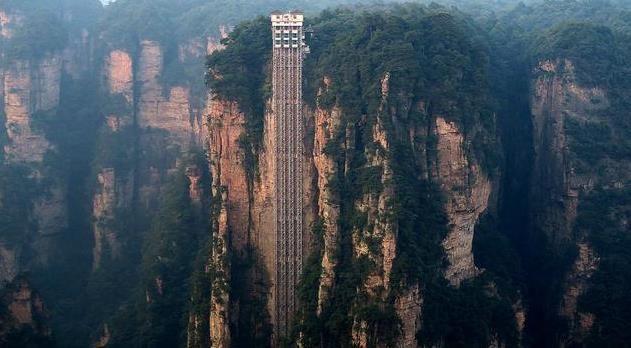 老外上了中国这部电梯,瞬间吓尿了...