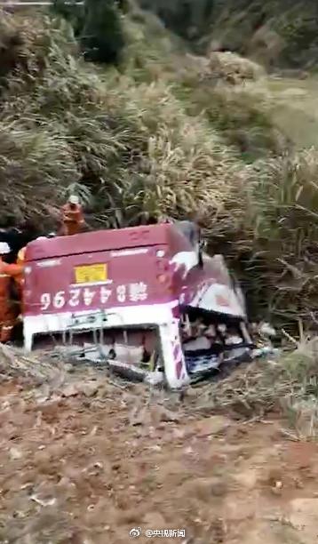 江西客车翻入深沟10人死亡 核载19人实载32人
