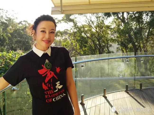 刘晓庆河边不停凹造型拍美照 脖子上大玉坠很抢眼