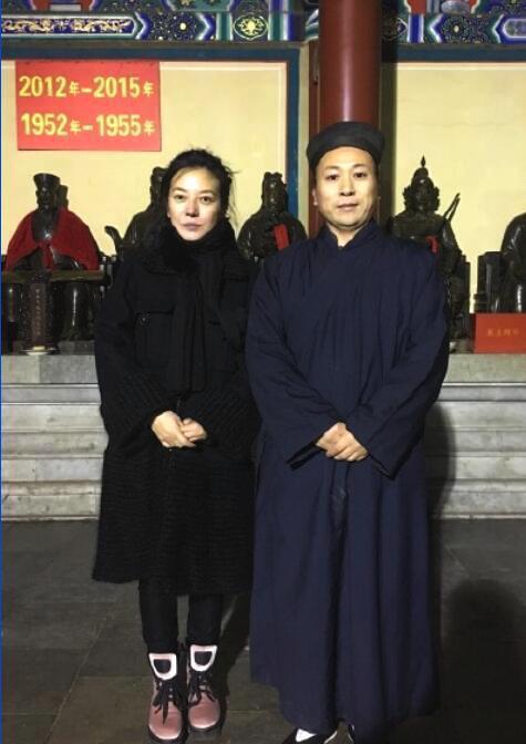 42岁赵薇现身寺庙祈福 暴瘦后的她脸都凹进去了