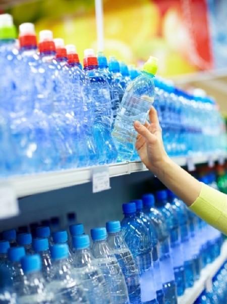 我们常喝的瓶装水竟含塑胶微粒 包括多个知名品牌