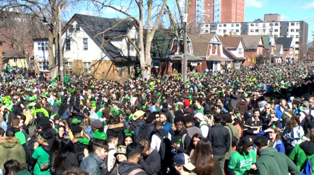 滑铁卢超1.5万人庆绿帽子节狂欢 25人被送医