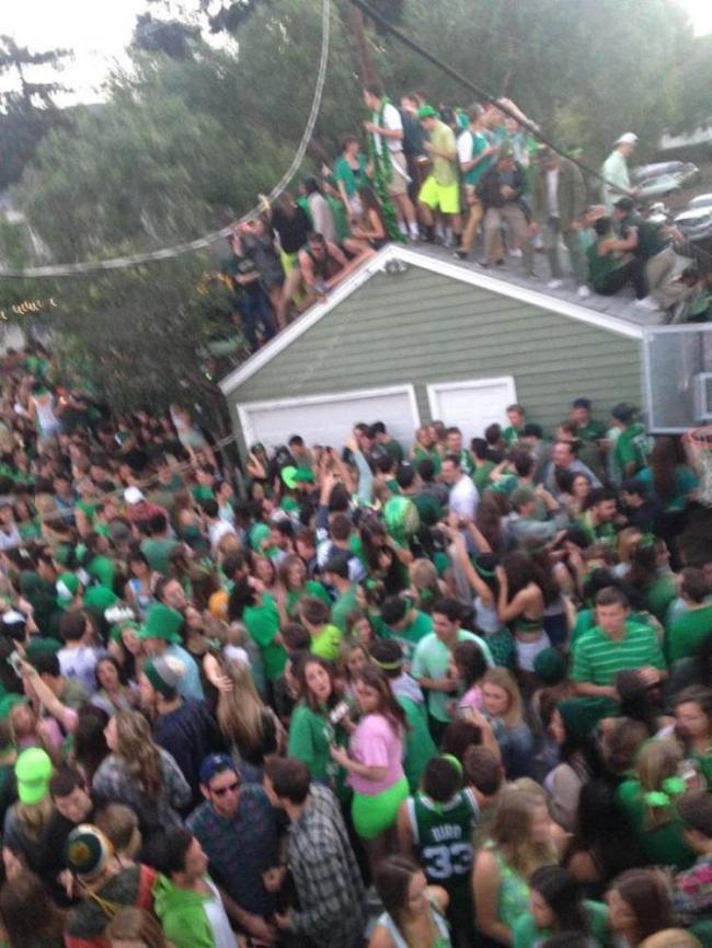 加拿大40名学生在屋顶开派对 屋顶塌了