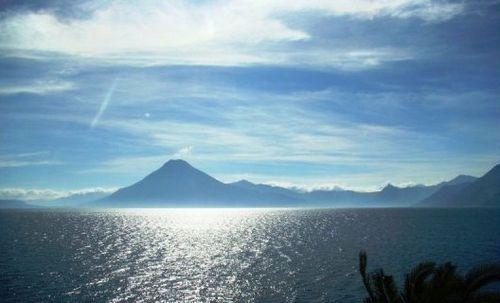 平静湖面下暗藏汹涌 火山湖的别样之美