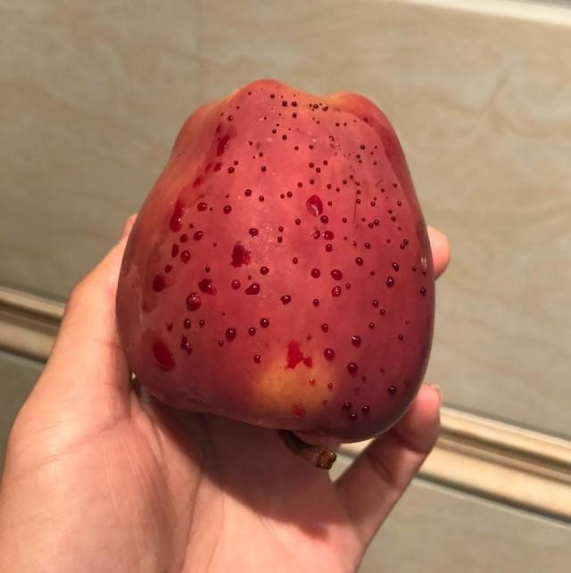 """女子用热水泡苹果结果冒""""血珠"""" 咋回事"""