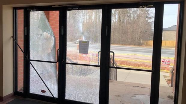 反差鲜明:犹太教堂大门被砸 小特鲁多一声不吭