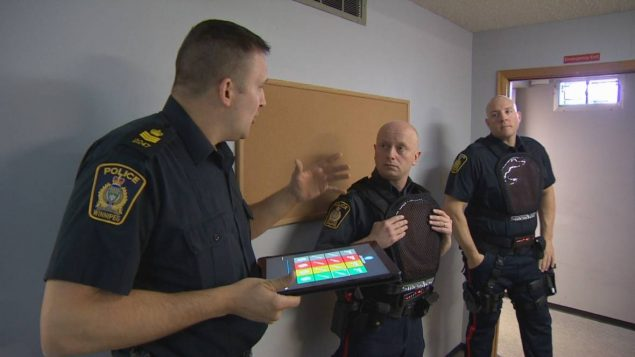 3-officers-tablet-gesture-635x357.jpg