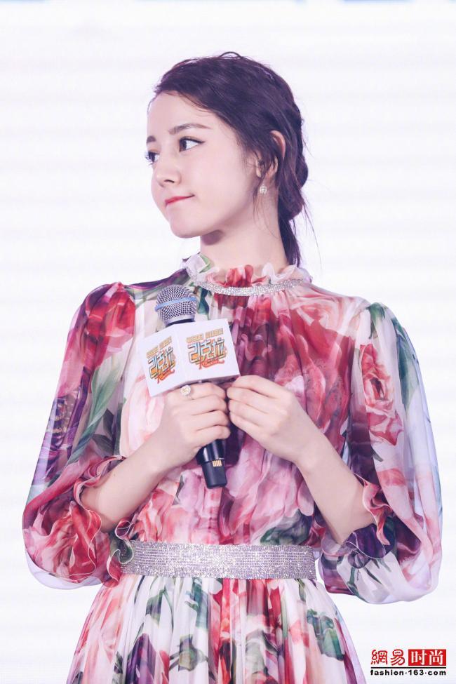 迪丽热巴穿印花裙犹如花仙子 简直太美