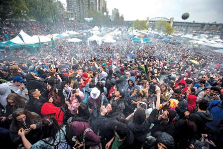 温哥华4万人涌到日落滩抽大麻 8人送院