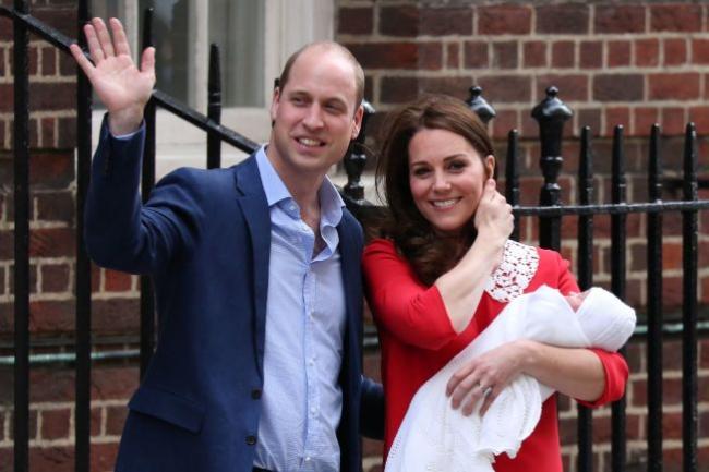 威廉第三位小王子正式露脸 凯特红裙亮相