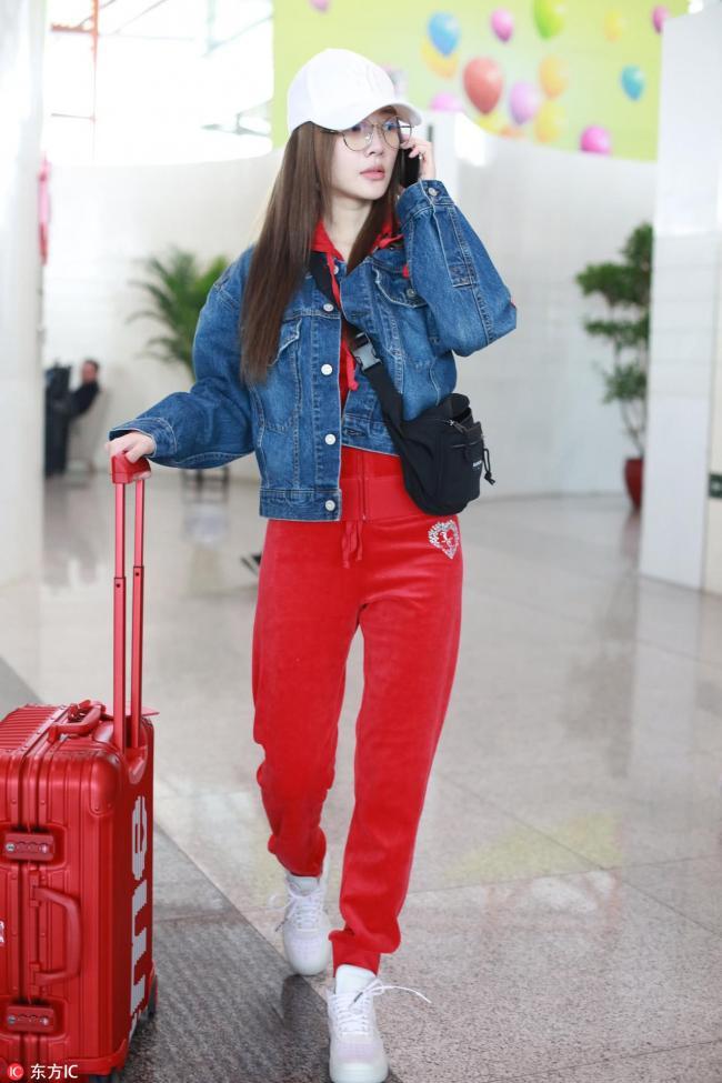 李小璐穿一身爆款现身机场 满面春风