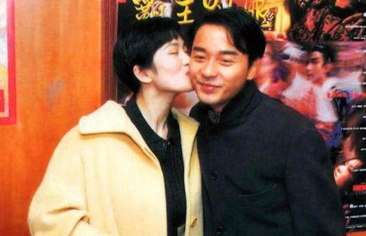 张国荣巩俐25年前合影曝光 巩皇和哥哥互相亲吻