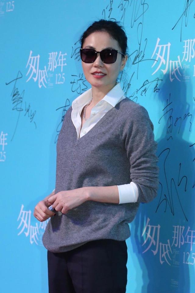 王菲现身舞台 网友:看着像50岁大妈