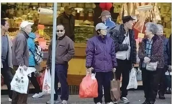 """纽约两套房 中国领退休金 依然在领福利的""""穷人"""""""