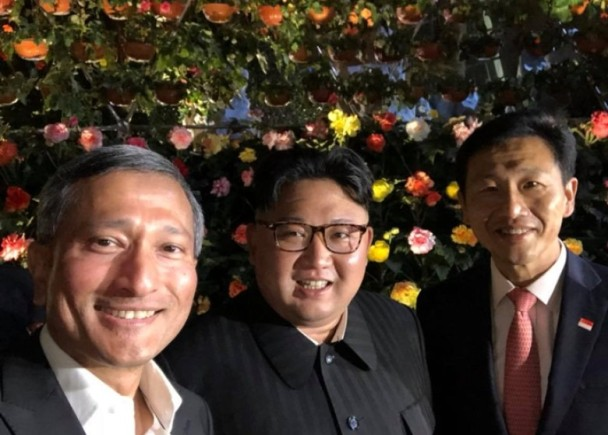 金正恩夜游狮城 首次公开自拍