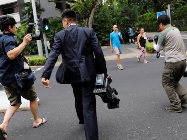 川金会现场:朝鲜记者怪异行为引围观