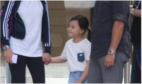 刘德华女儿穿着朴素 网友:没李湘女儿穿的值钱啊
