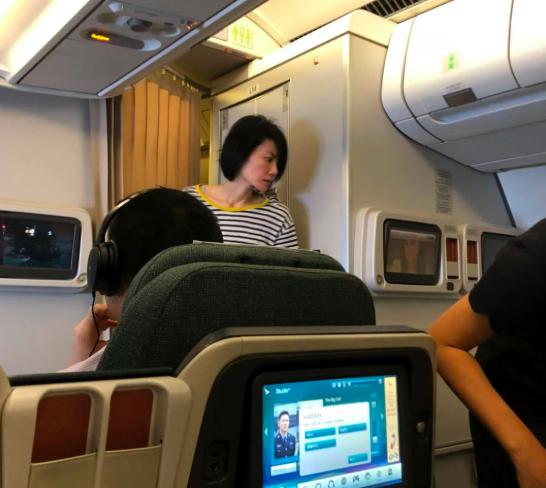 49岁王菲上演飞机换装秀 毫无遮掩纯素颜出镜