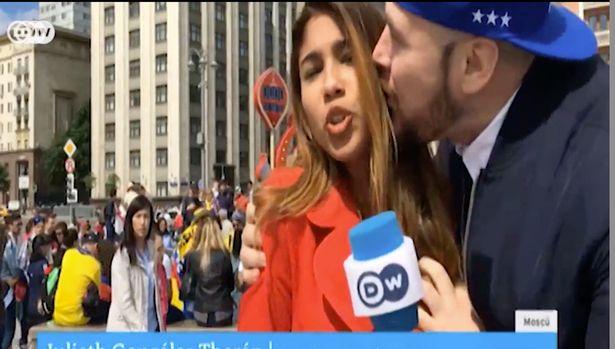女主播户外直播时 竟遭男球迷强吻+咸猪手