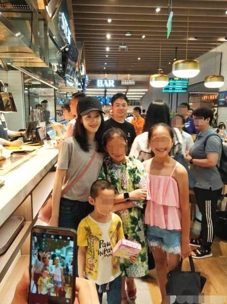 章泽天刘强东甜蜜逛超市 与小粉丝合影显亲切