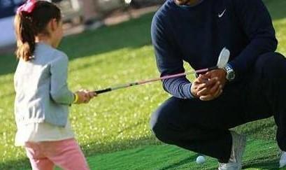 女儿陪刘德华打高尔夫 父女情深