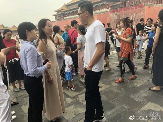 刘烨白衣黑裤低调逛故宫 被带娃大妈们包围了