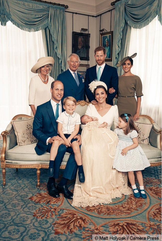 英国王室新发布:路易小王子受洗 萌照超可爱