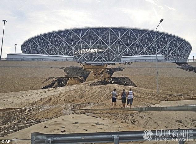闭幕第一天 俄罗斯一世界杯球场被大雨冲垮