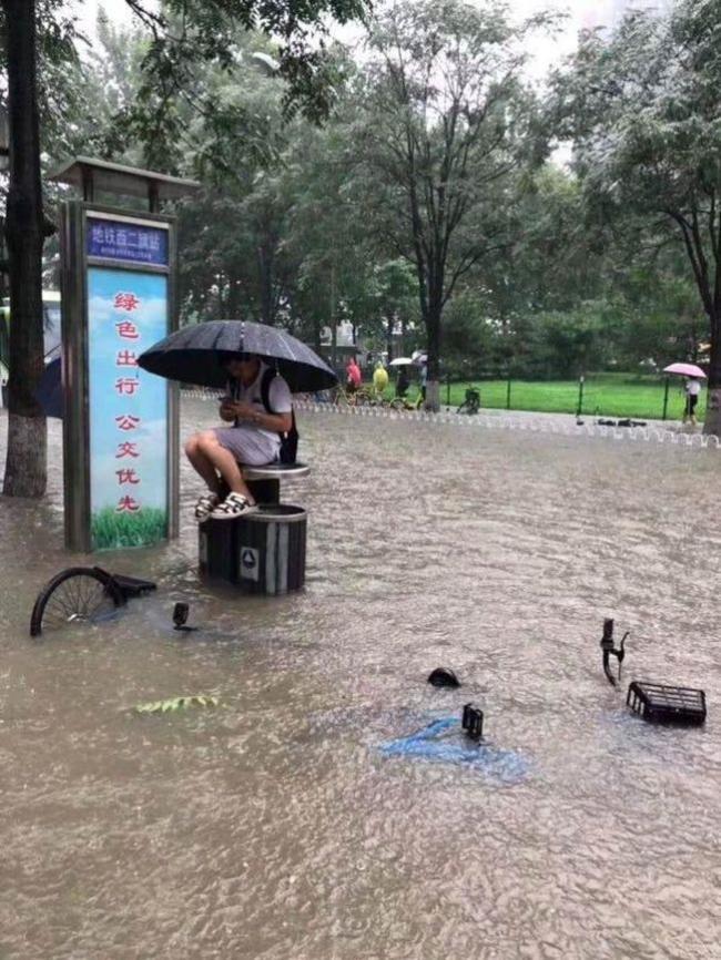 """北京大暴雨引发20年最猛洪水""""上班得搭船"""""""
