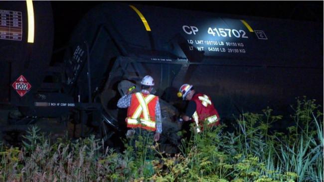 加拿大一火车20节车厢脱轨 4节车厢掉进河里