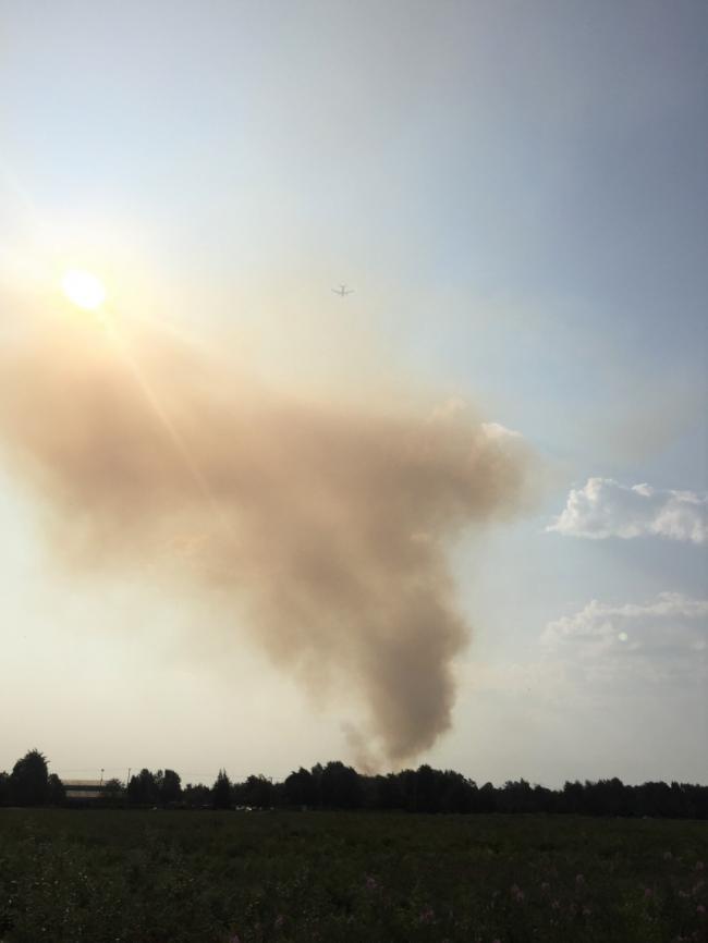 浓烟在大温上空蔓延 直升机消防车齐上阵