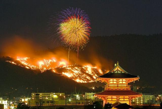 每年冬季放火烧掉一整座山 市民在山下欣赏