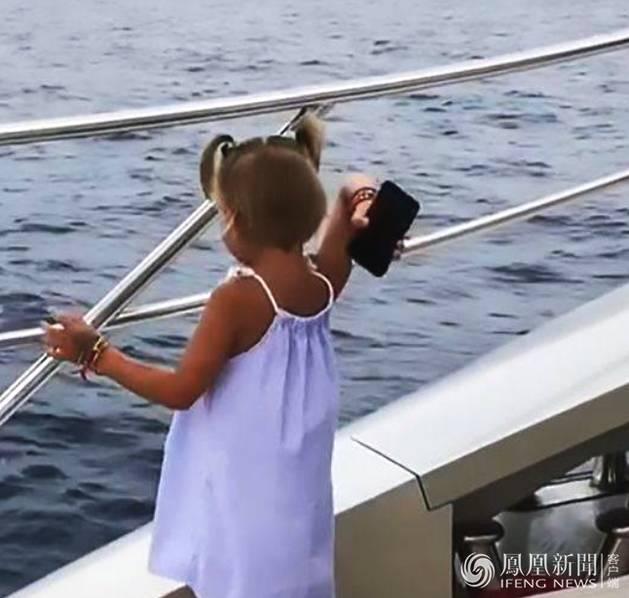 男子只顾打电话 手机被愤怒的3岁女儿扔海里