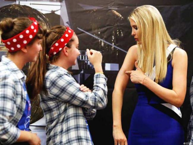 伊万卡身着蓝裙秀肌肉 原来她那么壮实