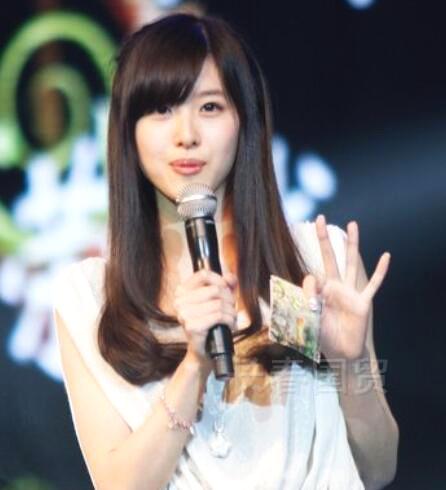 章泽天20岁主持节目旧照曝光 笑容甜美
