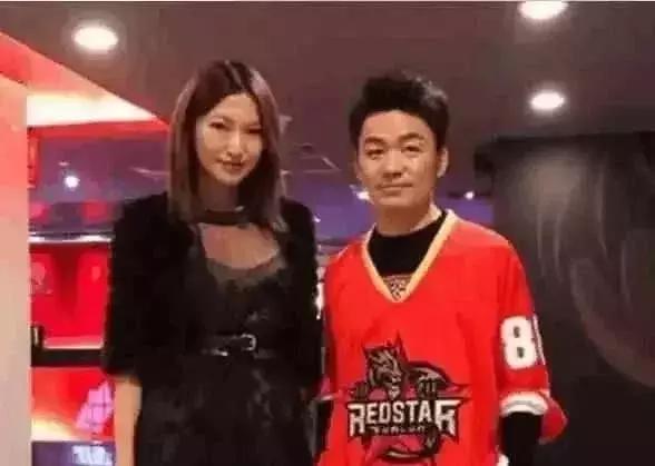 王宝强与女友逛街被偶遇 明星眼光就是不一样
