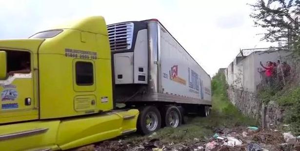 野外货车装157具恶臭腐尸 抛尸的竟是政府