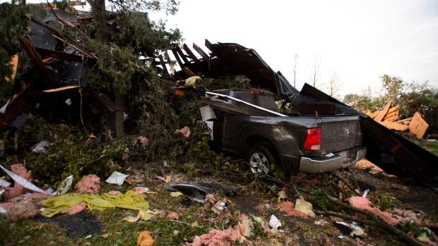 风灾后满目疮痍:数万户断电 千人无家可归