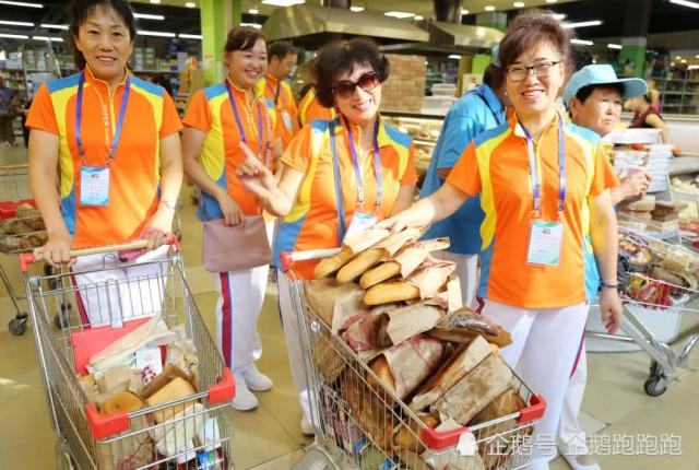中国大妈赴俄购物 7分钟抢空面包架 看呆旁人