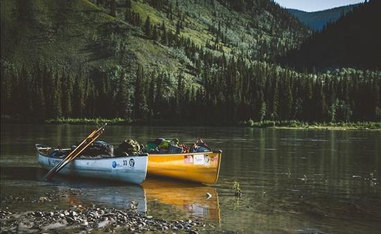 荒野漂流:独木舟单桨滑过加拿大育空河